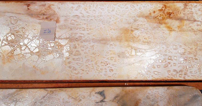 Fensterbänke aus Marmor – Zustand während der Behandlung mit FEAD Eisenpaste